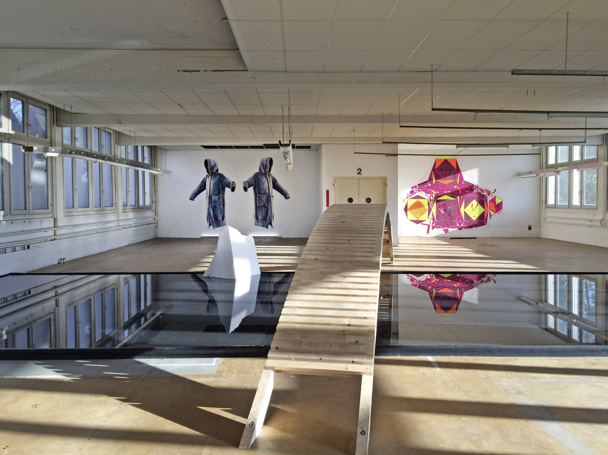 In einer Etage im ehemaligen Versandhaus »Cornelia« mit rechts: Veronika Schumacher vorne: Thomas Stüssi Ein Ausstellungsprojekt von Anita Zimmermann (geiler block mit leila block) In trogen, Schweiz, Appenzell, 2017