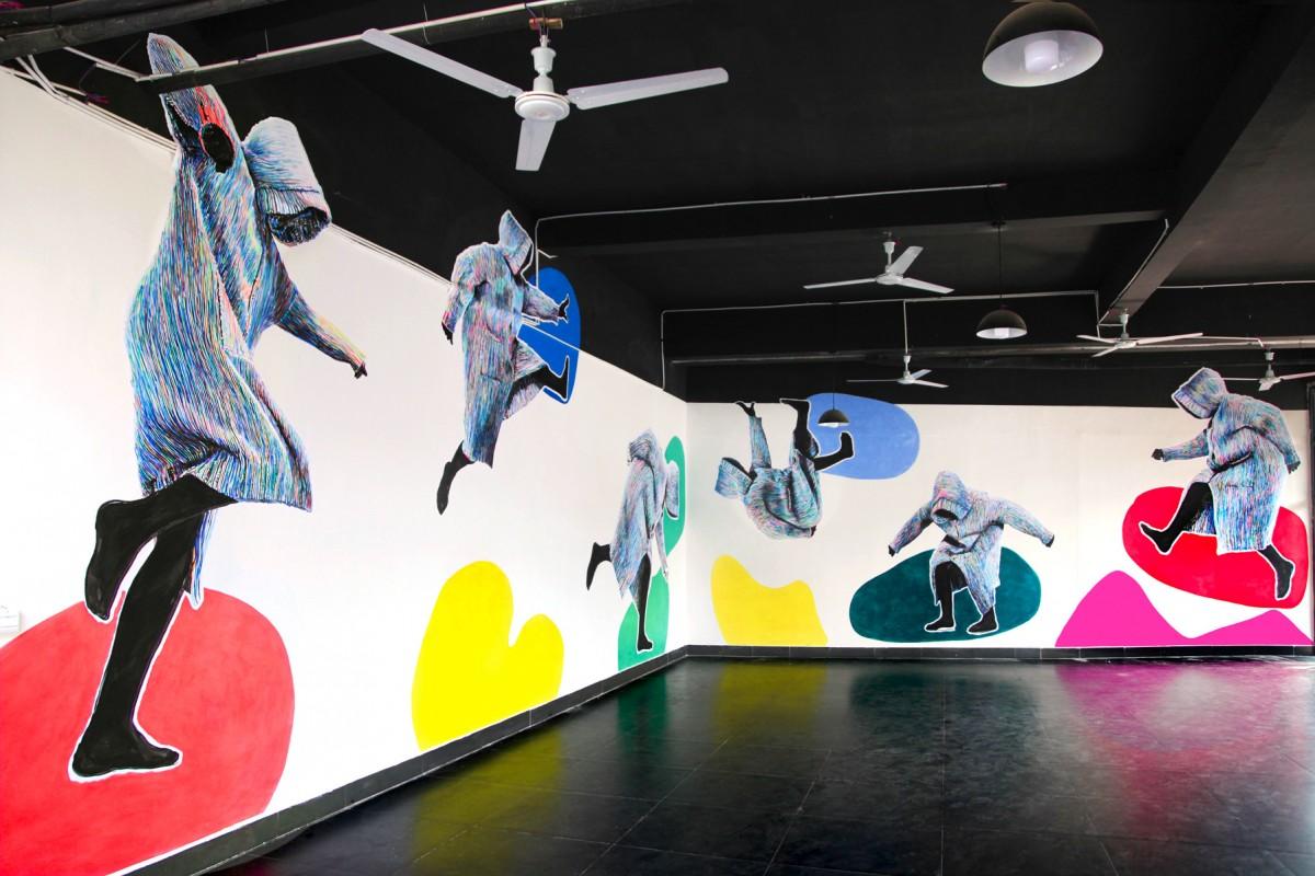 »Ich lasse mich nicht aufhalten beim Bleiben« Acryl/Papier gekleistert und Acryl/Wand Jigongshan Art Museum, China