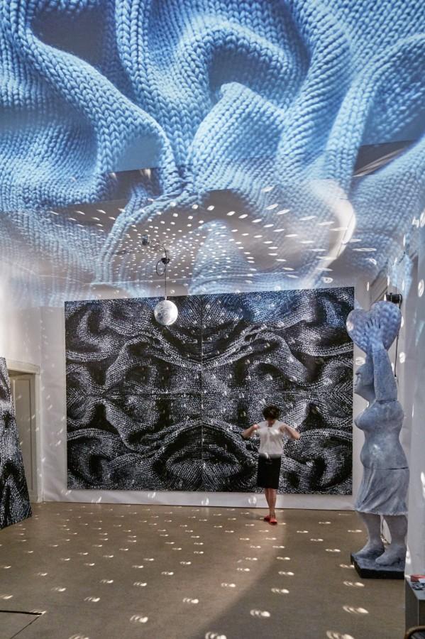 »Darkroom«  Acryl/Leinwand,   320 x 480cm  2019 Plastik:  Anita Zimmermann, Styropor/Acryl Foto: Michael Jungblut