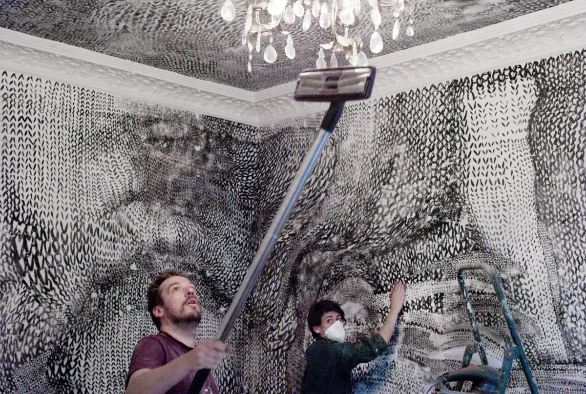 der galerist, manfred kirschner und ich beim beseitigen der arbeit. kunst ist eine bereicherung, keine geldanlage.